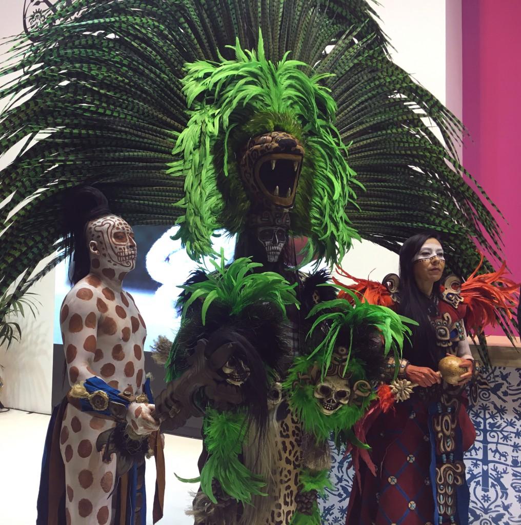 Espectáculo de danza en Fitur 2017. Su imagen, de inspiración maya, es imponente, casi sobrecogedora.