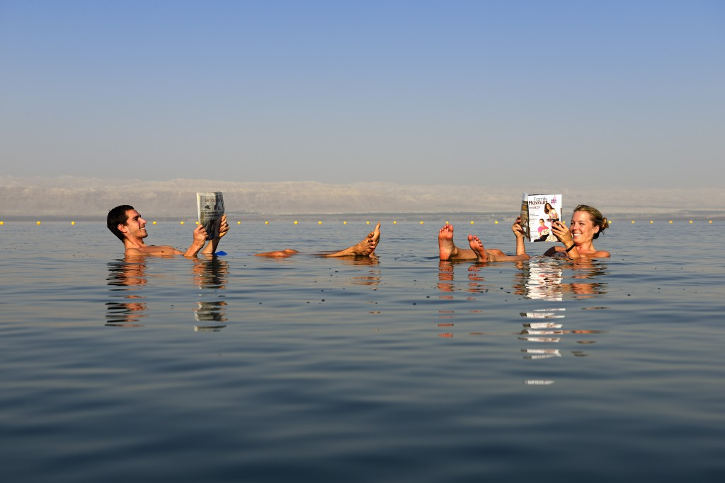 Bañándose en el Mar Muerto. Imagen (c) Norbert Eisele-Hein