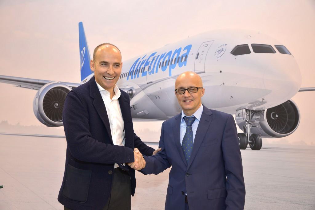 Pepe López de Ayala, El managing deTwitter Spain, y Richard Clark, el subdirector general de Air Europa, tras presentar el nuevo servicio en Fitur 2017.
