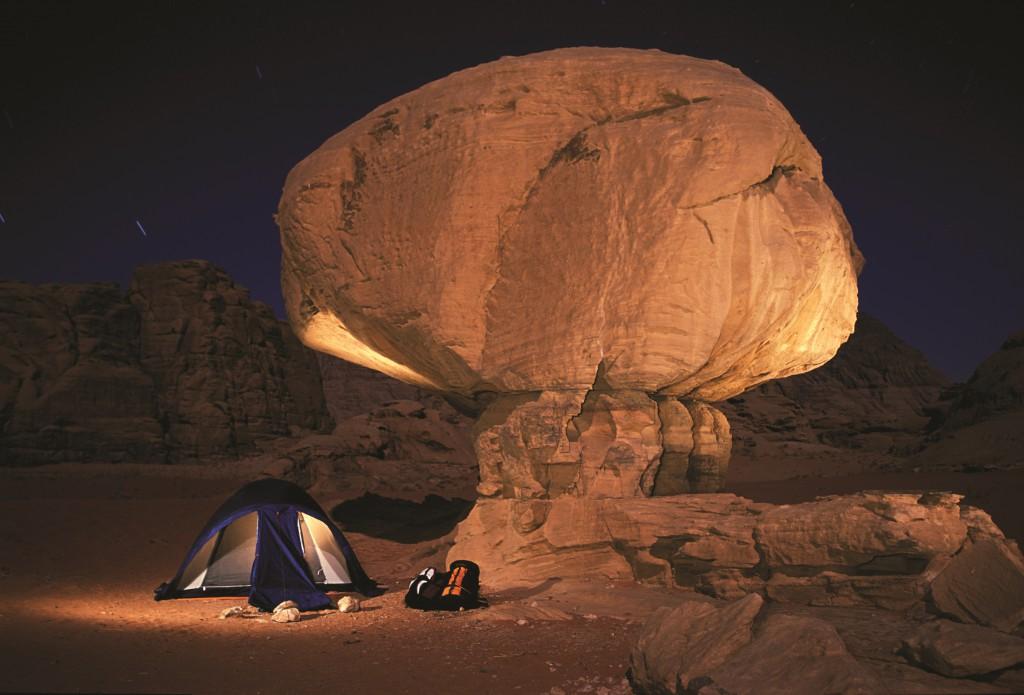 Acampar junto a las formas caprichosas de las rocas en Wadi Rum.