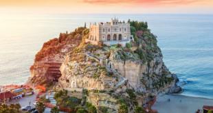 Santuario Santa Maria dell'Isola en el municipio de Tropea, en la región de Calabria.