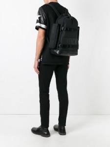 Una de las mochilas de Givenchy, en negro.