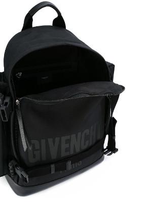 Mucho logo, pero esta mochila es muy elegante.