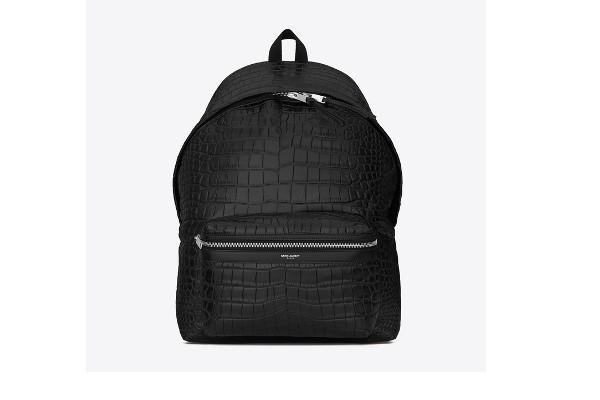 La piel de cocodrilo otorga a esta mochila un toque muy especial.