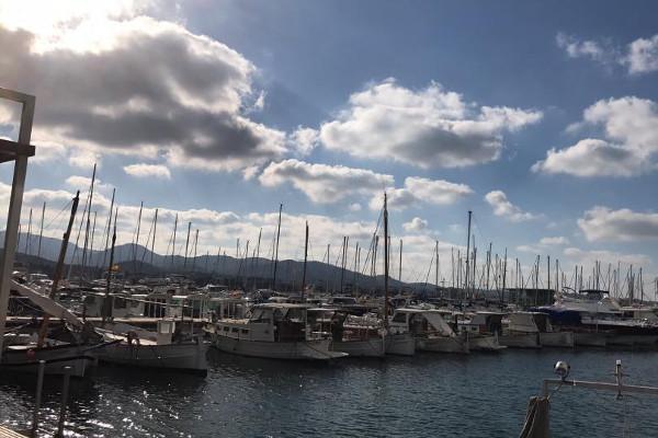 En Sant Antoni de Portmany siempre hay algo que hacer; los grados son cuestión de actitud. Imagen de Ibiza Travel, página oficial de turismo de Ibiza.