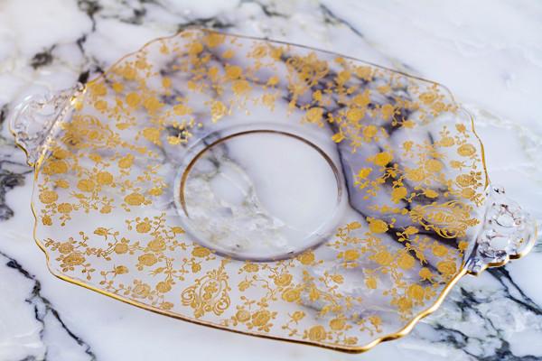 Bandeja de cristal tallado en oro del siglo XIX, de Verde Gabán. Imagen de su web.