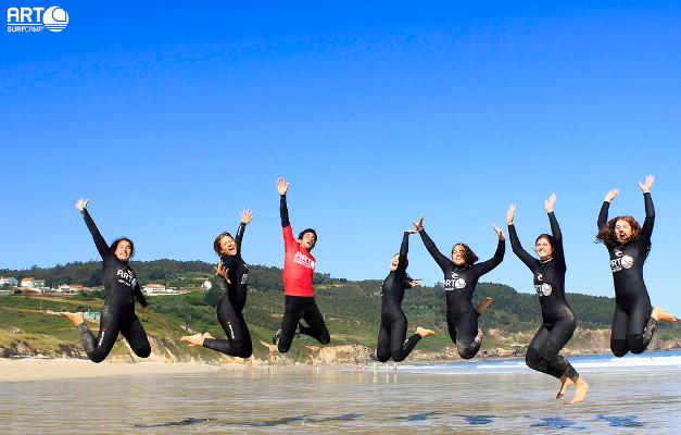 La escuela de surf Artsurfcamp es un lugar perfecto para aprender a disfrutar de las olas. Imagen de su web.