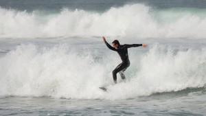 Con nociones y prudencia, la climatología no es problema paa disfrutar del surf.