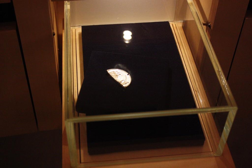 Lo que queda de la medalla de Niccolina, que llegó al orfanato el 10 de octubre de 1887.