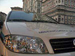 La Venerabile Arciconfraternita della Misericordia, justo enfrente del campanario del Duomo, pasaría desapercibida si no fuera por sus ambulancias.