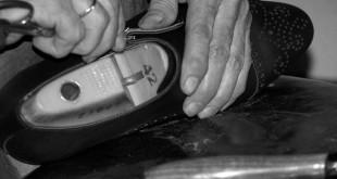 Un momento de la fabricación artesanal de los zapatos de Beatnik, empresa española de modrno calzado artesanal.