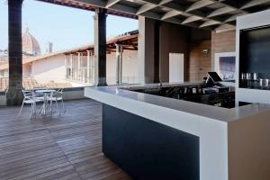 La terraza del ático, de diseño impecable, es el contrapunto a la antigüedad del edificio. Imagen de su facebook.