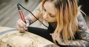 La tatuadora norteamericana Megan Massacre trabajando en el grabado de su barrica.