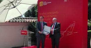 A la izquierda en la foto, Luis Gallego, presidente de Iberia, recoge el reconocimiento de manos de José Luis Bonet, presidente del Foro de Marcas Renombradas Españolas.