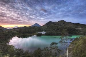 Lago Telaga Warna en  Dieng Plateau, Java.