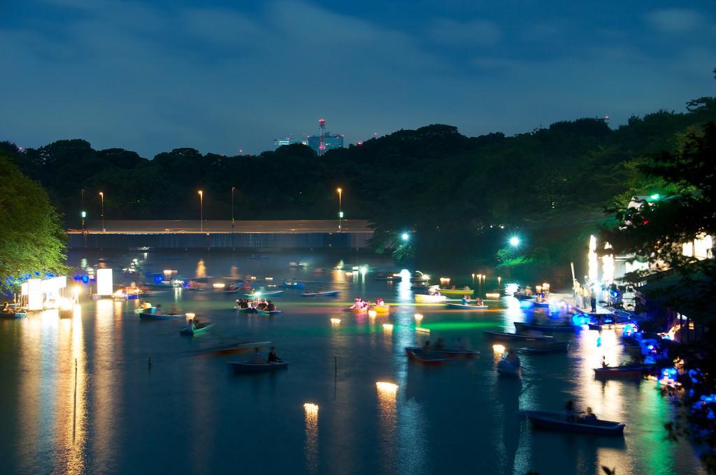 Unas 600 linternas se balancean en el agua, con el jardín Kitanomaru de telón de fondo. Foto: ©Masakazu Ejiri.