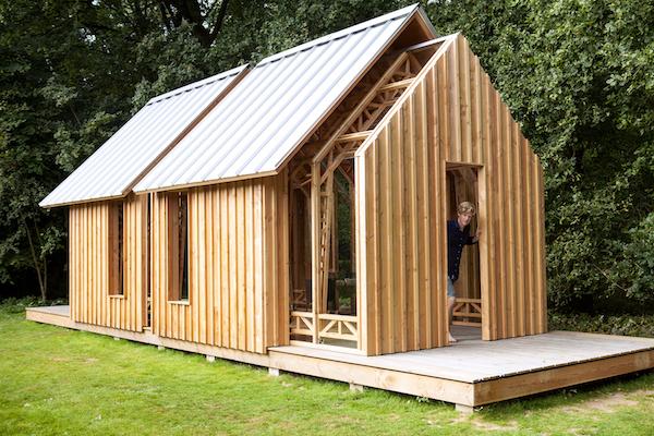 Una casa de madera en medio del bosque muy innovadora.