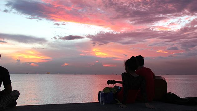 Imprescindible ver el atardecer al borde de la bahía de Manila.