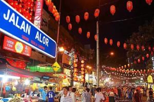 La calle Jalan Alor de Kuala Lumpur es la típica calle bulliciosa asiática llena de puestos de comida.