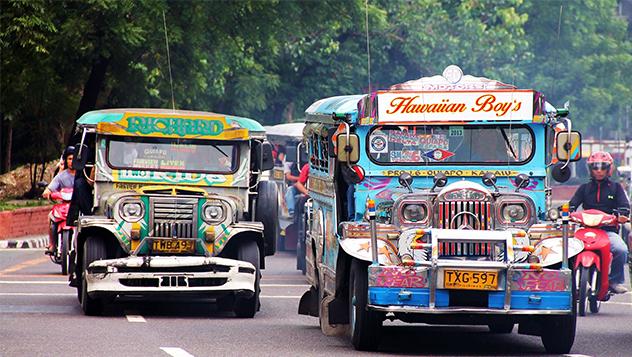 Los jeepneys, los coloridos minubuses de Manila.