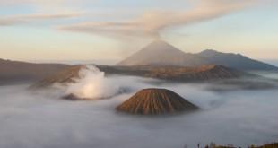 Entre nubes, humo y azufre, asoman el Monte Bromo  y el Monte Semeru, al fondo. Semeru es la montaña más alta de Java. Y es un volcán que lleva activo desde 1967 con pequeñas erupciones de aprox. 20 minutos de duración.