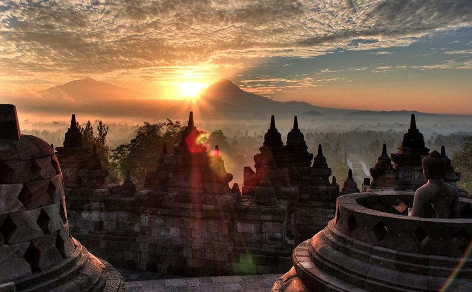 Construido del año 750 al 850 y con forma de pirámide, aloja a 504 estatuas de Buda.