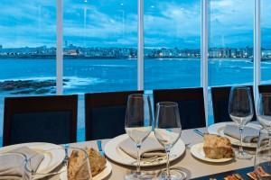 Una cristalera es lo único que separa entre el mar y la mesa en el restaurante Tira do Playa, La Coruña.