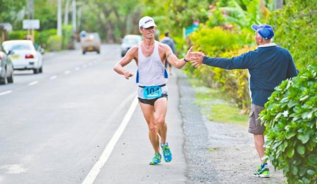 La pequeña Rarotonga, otra isla del archipiélago, celebra cada septiembre desde hace 40 años una carrera por carretera.
