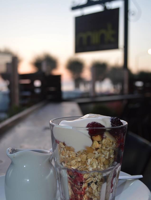 En Mint le preparan cereales y frambuesas con yogur natural a su elección, de leche entera, desnatada o de soja