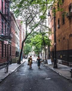 Paseando por Minetta Lane, en Greenwich Village. Foto: @craigsbeds (Instagram) para NYC The Oficial Guide