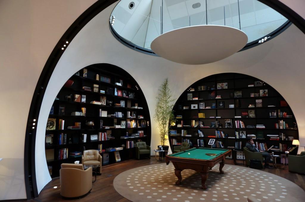 La biblioteca y el billar no pasan desapercibidos en la sala VIP de Estambul