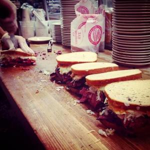 En Kat'z su especialidad es el sándwich de pastrami