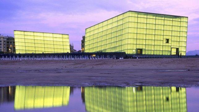 Ver las formas del Kursaal reflejadas en el agua es un placer para los sentidos