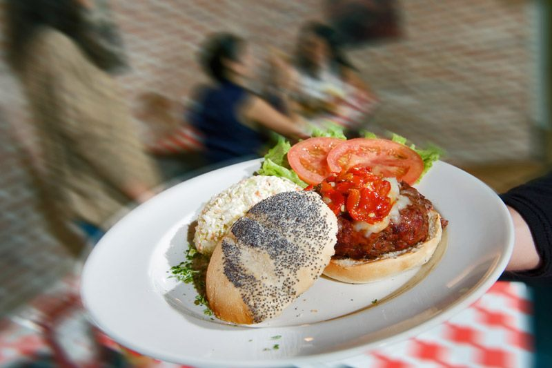Una hamburguesa en pan de amapola o focaccia, ¿por qué no?