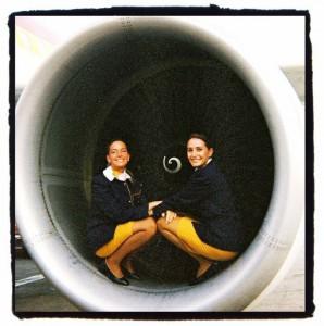 Patricia y una compañera, muy #avgeeks en la turbina de un motor. Foto: Patricia Pepperell