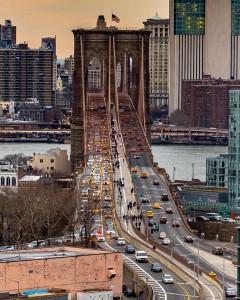 El puente de Brooklyn. Ante los rumores de un posible colapso pocos días después de su inauguración en 1883, el artista circense P.T. Barnum ayudó a demostrar que el puente era seguro desfilando con 22 elefantes por el puente. Foto: @nyc.lens (Instagram) para NYC The Oficial Guide
