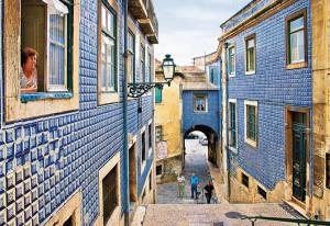 El barrio de Alfama es conocido por sus fachadas recubiertas por bellos azulejos