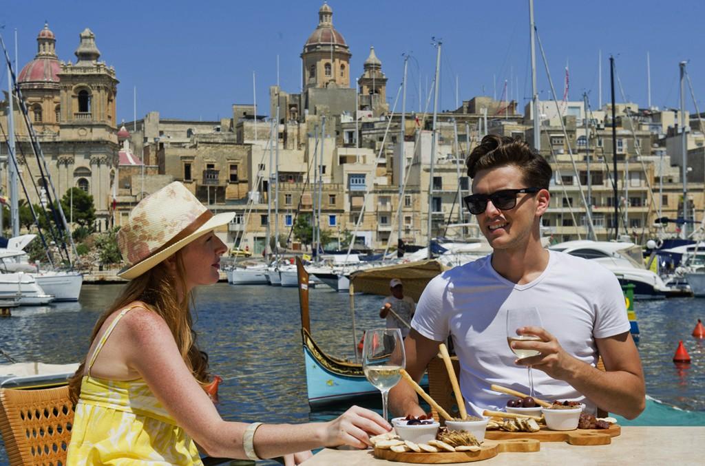 Hora del brunch en el puerto de La Valeta, la capital de Malta