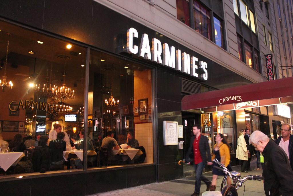 Entrada del restaurante Carmine's en Nueva York, conocido por sus grandes raciones e influencia italiana