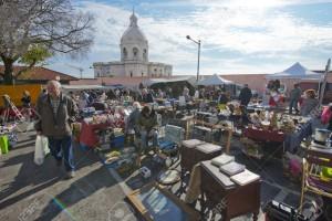En la Feria de Ladra se congregan numerosos jóvenes para vender artículos artesanales