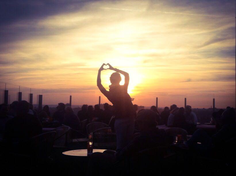 Patricia Pepperell disfrutando de una puesta de sol en la ciudad de los rascacielos