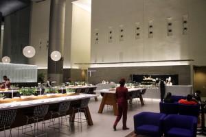 Zona de restauración dentro del área Premium del aeropuerto de Doha
