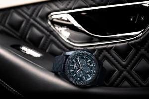 La esfera y el brazalete, con un motivo de diamantes, emulan el diseño diamond in diamond de cuero del interior del Bentley