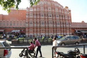 Pasando por el Palacio de los Vientos en Jaipur. Foto: Sociedad Geográfica de las Indias