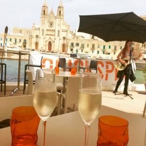 Tomar algo, música en directo, buenas vistas y mejor compañía son algunas de las pequeñas alegrías de un viaje. Foto: NAAR RestoBar en Malta