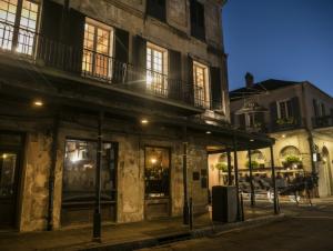 En Nueva Orleans, tome una bebida en Napoleon House. La casa de un alcalde de la ciudad quien la ofreció al exiliado Napoleón Bonaparte como refugio y que después prosperó como bar y lugar favorito para generaciones de escritores y artistas de EEUU. Foto: Napoleon House