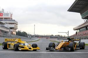 El reloj BR126 Renault Sport 40º Aniversario está inspirado en el primer monoplaza de Renault de 1977, el R.S.01. En la foto, a la izquierda el bólido de 1977 y a la derecha el del 2017, el R.S.17.