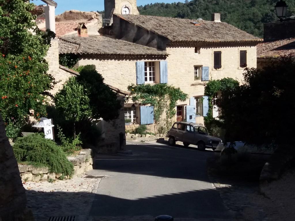 En cualquier momento puede salir una escena con encanto (En la foto: pueblo de Vaucluse, Francia)