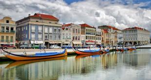 """En Aveiro, también llamada """"la Venecia lusa"""", podrá pasear en góndola y admirar sus pequeñas casas de colores"""