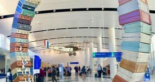 "Vista del Jenny en la terminal a través de la escultura ""Rueda de la maleta"", creada por Art Guys"